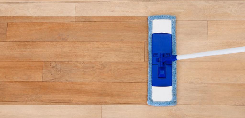 Si el daño es más grave y el parquet es natural se aconseja lijar el parquet y aplicar barniz o aceite a la madera. (Consultar con un experto).